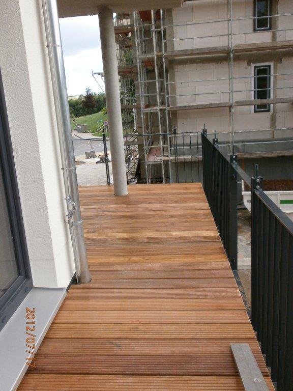 Holzterrasse verlegen coole idee f r ihren au enbereich pictures to pin on pinterest - Terras rand idee ...